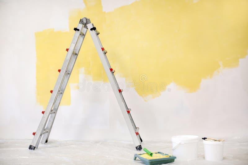 Pièce vide avec l'échelle et le mur peint image stock