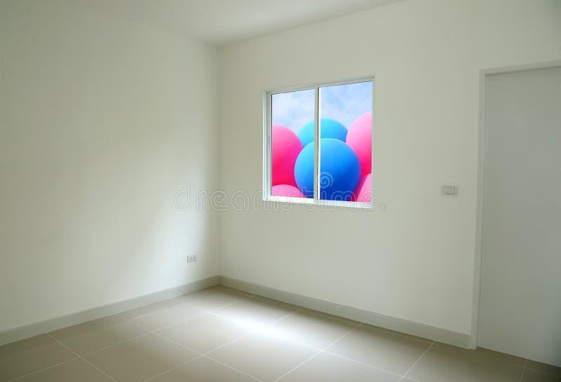 Pièce vide avec le ballon coloré ouvert de fenêtre dehors photos stock
