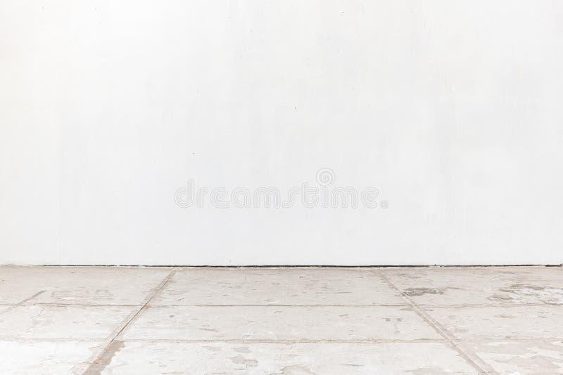 Pièce vide avec le mur blanc et le plancher en béton images stock
