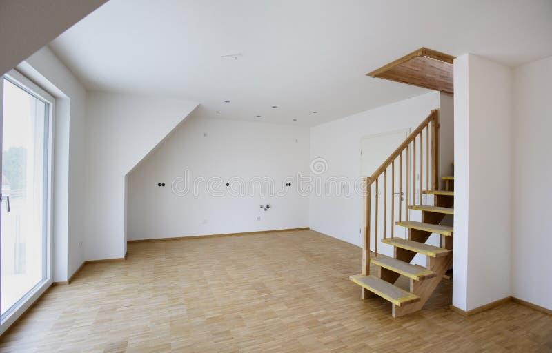 Pièce vide avec les murs blancs dans la nouvelle maison construite images libres de droits