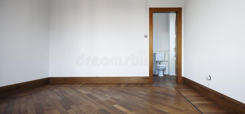 Pièce vide avec les murs blancs, porte ouverte sur la toilette images libres de droits