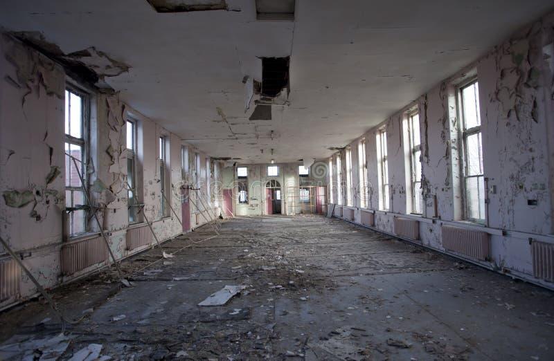 Pièce vide dans l'hôpital abandonné photos stock