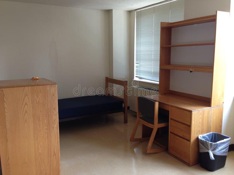 Pièce vide de dortoir d'université image stock