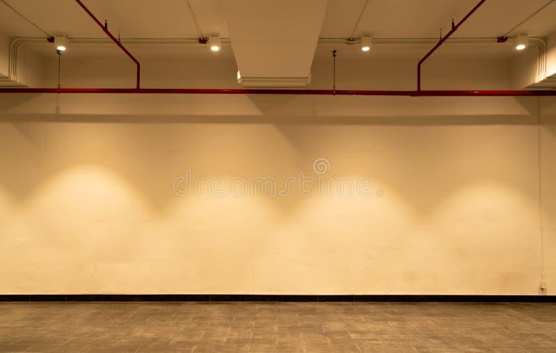 Pièce vide et mur blanc avec des projecteurs Lumière lumineuse de lampe Intérieur de pièce avec la lumière de lampe de plafond et photographie stock libre de droits