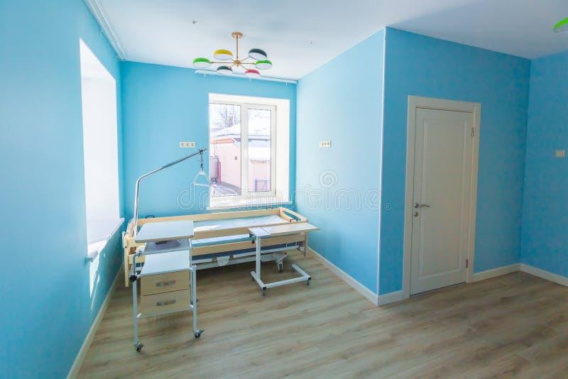 Pièce vide propre d'hôpital ou d'hospice avec le nouveau lit qui est prêt pour un patient photographie stock