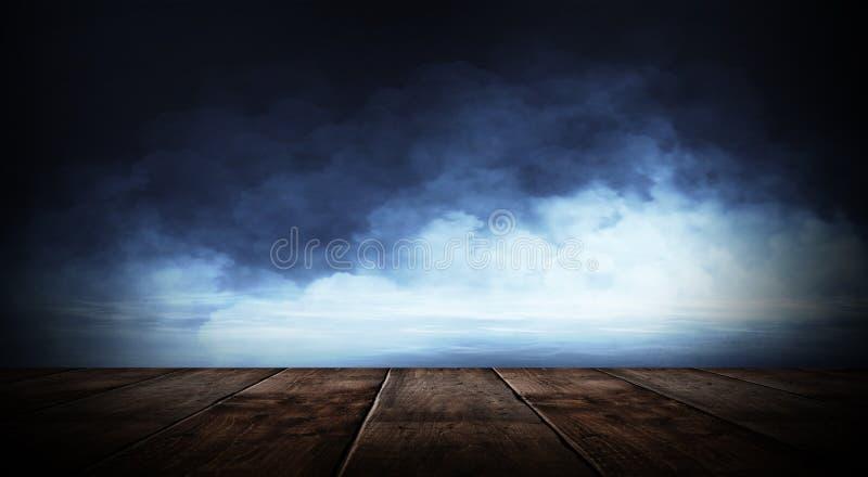 Pièce vide sombre avec les lampes au néon de mur de briques et, fumée, rayons photos stock