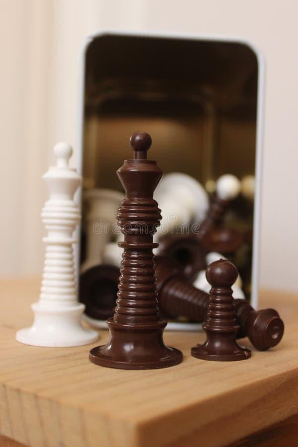 Pièces d'échecs devant un conteneur en métal photo stock