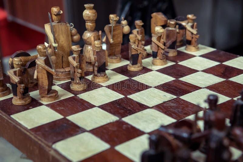 Pièces d'échecs en bois à bord de jeu photographie stock libre de droits