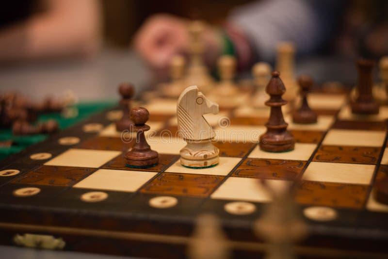 Pièces d'échecs en bois à bord de jeu Fond de cru de Brown photographie stock libre de droits