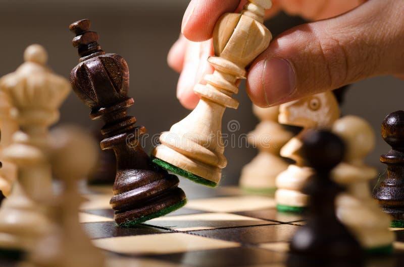 Pièces d'échecs en bois photo stock