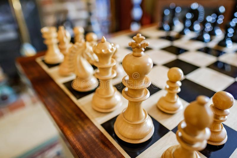 pièces d'échecs et conseil Main-découpées vus dans une maison privée photographie stock