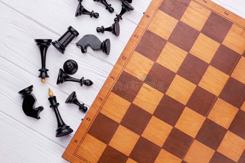 Pièces d'échecs et panneau de jeu sur le fond en bois images libres de droits