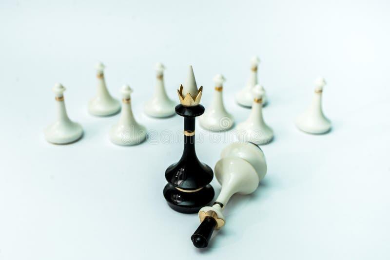 Pièces d'échecs roi et reine sur l'échiquier sur le fond blanc photo stock