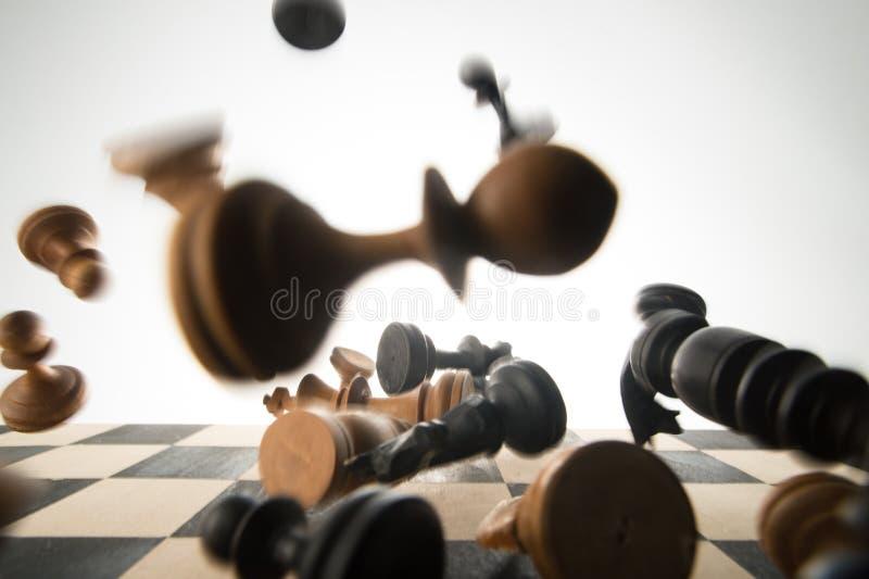 Pièces d'échecs tombées image stock