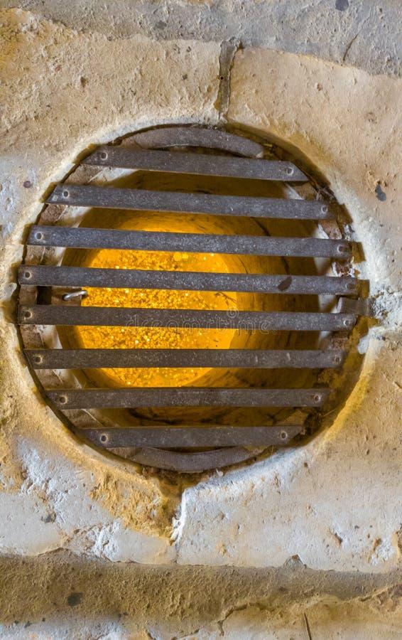 Pièces d'or au fond d'un puits vide photographie stock libre de droits