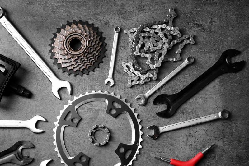 Pièces de bicyclette et outils de réparation images libres de droits