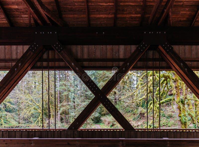 Pièces de construction en métal sous un pont en bois image libre de droits