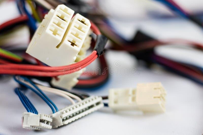 Pièces de fils et de prises électriques vieilles sur le fond blanc images stock