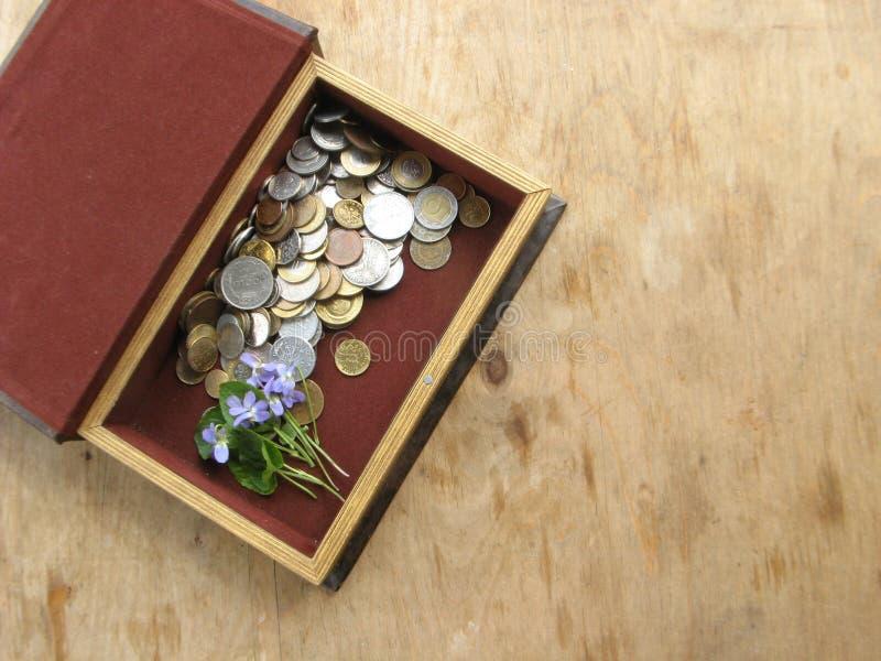 Pièces de monnaie antiques dans la boîte photos stock