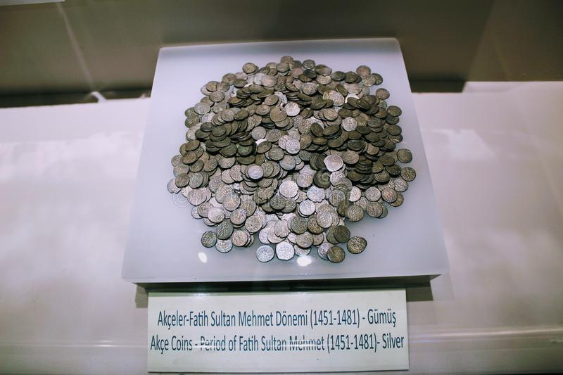 Pièces de monnaie antiques des époques différentes du musée archéologique Turquie d'Alanya photos libres de droits