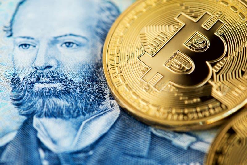 Pièces de monnaie de Bitcoin sur la fin chilienne de billet de banque vers le haut de l'image Bitcoin avec le billet de banque de photo libre de droits