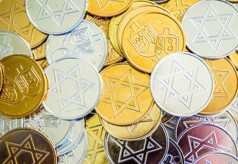 Pièces de monnaie colorées de Hanoucca de texture de fond images stock