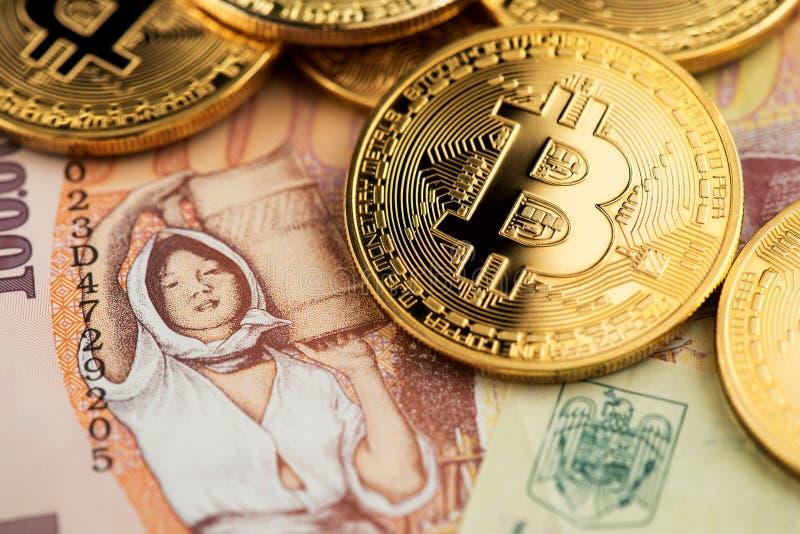 Pièces de monnaie cryptomonnaie Bitcoin BTC monnaie virtuelle avec billets de banque roumains en lei images stock
