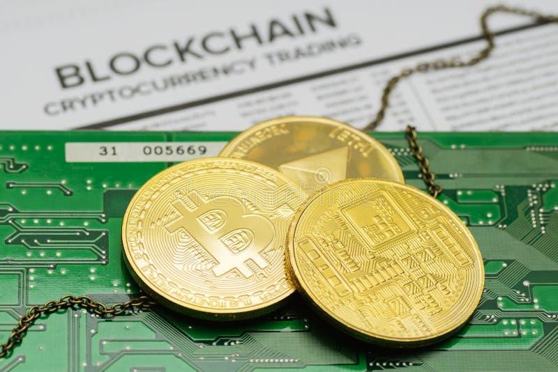 Pièces de monnaie d'or de Bitcoin et d'Ethereum avec la chaîne sur la carte électronique photo libre de droits