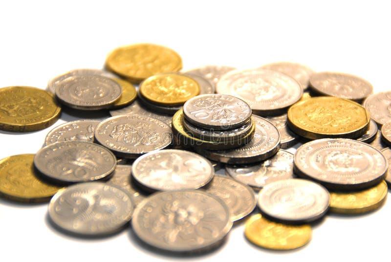 Pièces de monnaie d'or d'isolement sur le fond blanc photos libres de droits