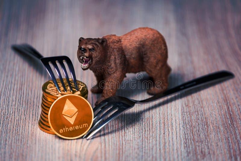 Pièces de monnaie d'Ethereum avec le chiffre d'ours photos libres de droits
