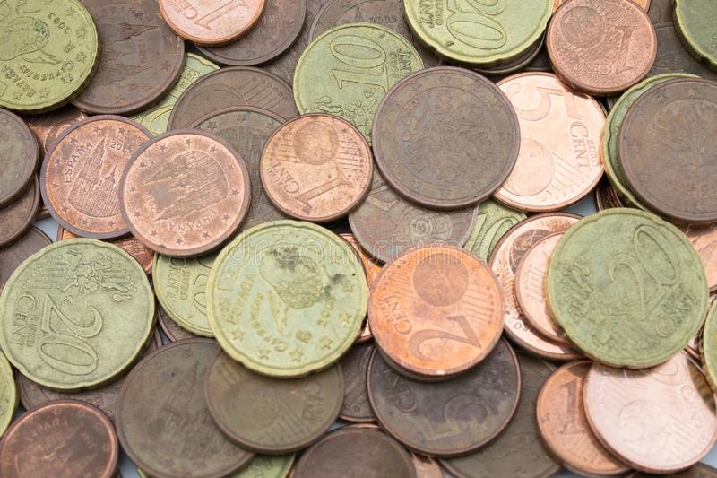 Pièces de monnaie d'euro cent de peu de valeur vue d'en haut photographie stock