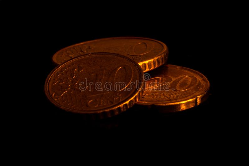 Pièces de monnaie d'or sur le fond noir empilé photos libres de droits