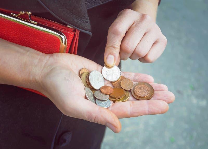 Pièces de monnaie dans des mains femelles, foyer sélectif photo libre de droits