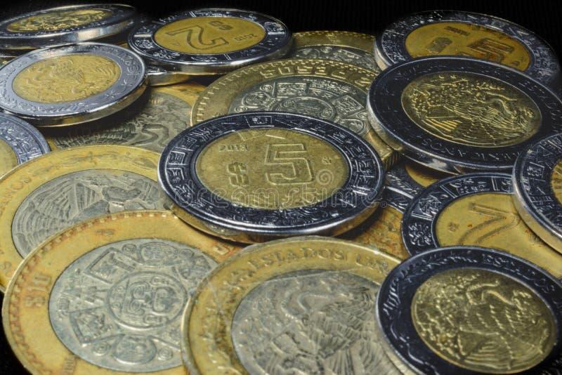 Pièces de monnaie dans la pile, richesse de pauvreté encaissant des pesos d'économie photographie stock libre de droits