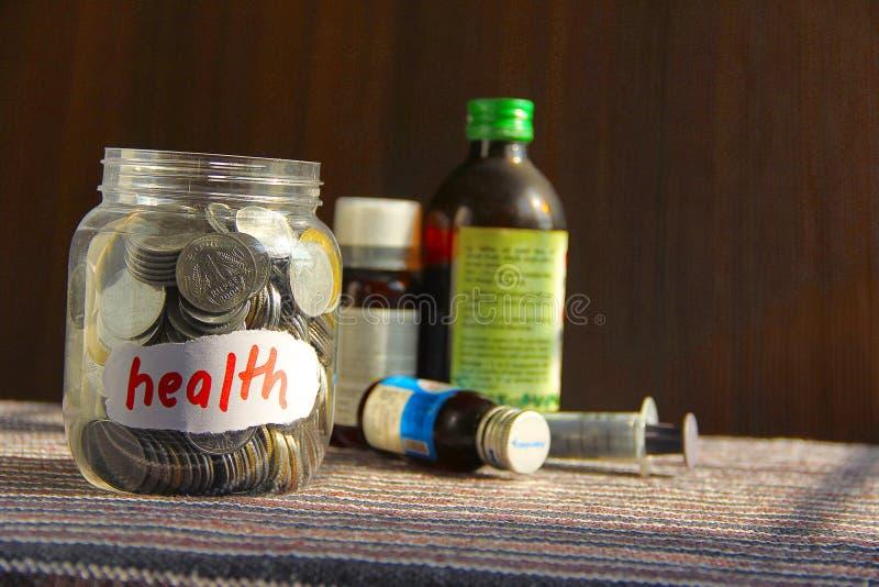 Pièces de monnaie dans le pot d'argent avec le label de santé photo libre de droits