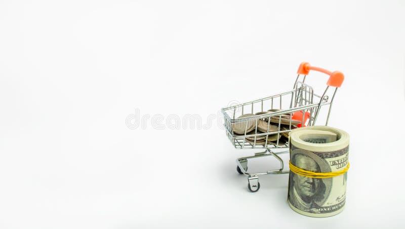 Pièces de monnaie dans un chariot à supermarché avec des dollars Concept des finances et de l'argent un investissement dans un no photographie stock