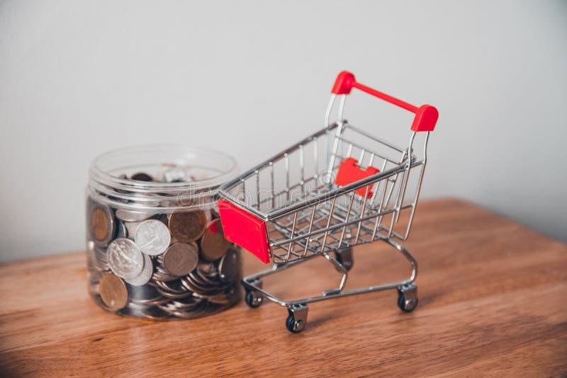 Pièces de monnaie dans une cuvette en bois sur un marché de table et de voiture photo stock