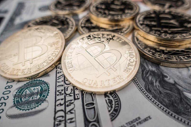 Pièces de monnaie de bitcoin sur des notes du dollar photographie stock libre de droits