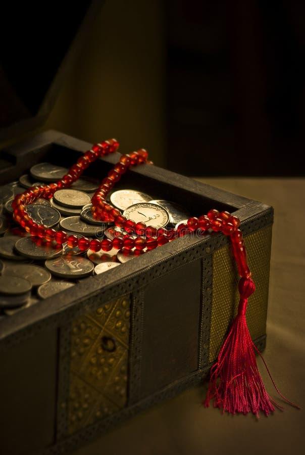 Pièces de monnaie de dirham des EAU dans le joncteur réseau photographie stock
