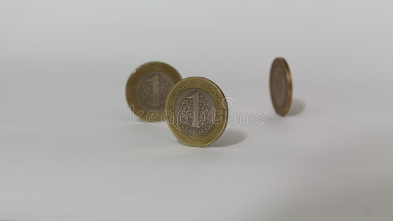 Pièces de monnaie de 1 ESSAI de Lire turque avec le fond blanc images stock