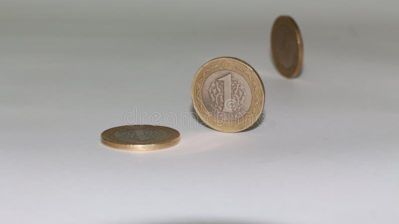 Pièces de monnaie de Lire turque avec le fond blanc images stock