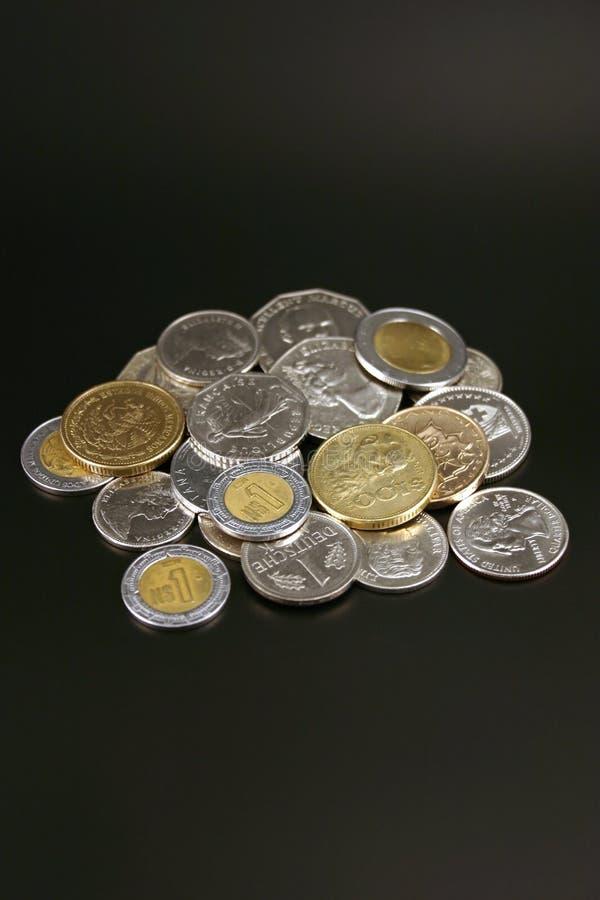 Pièces de monnaie de partout dans le monde photo stock