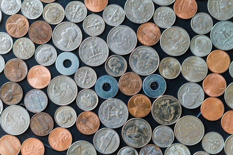 Pièces de monnaie des USA sur la surface plane avec des joints images stock