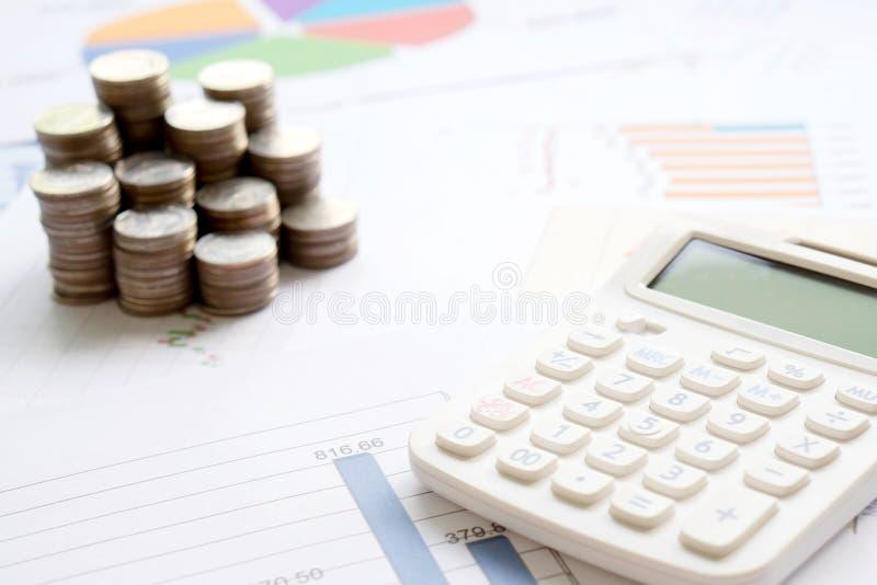 Pièces de monnaie, diagramme et une calculatrice comme symbole pour des taux de change photos libres de droits
