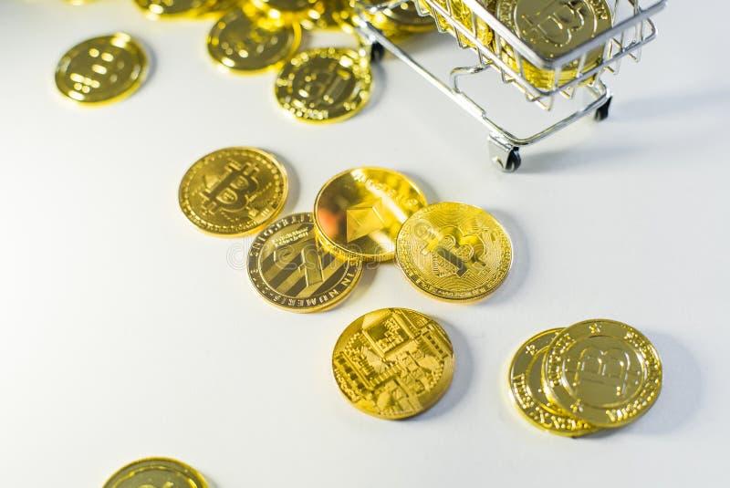 Pièces de monnaie dispersées Sous le bitcon image libre de droits