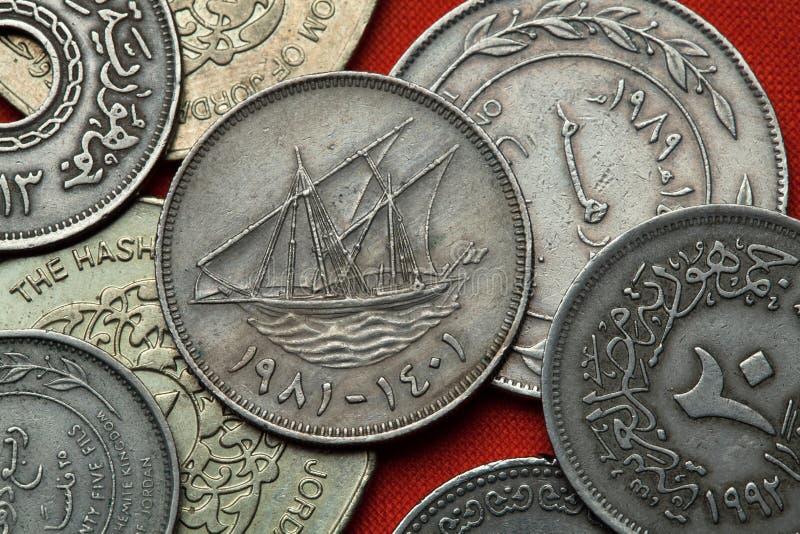 Pièces de monnaie du Kowéit Navire de navigation koweitien images libres de droits