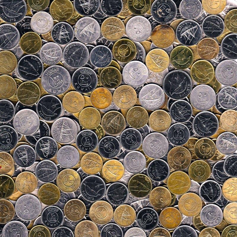 Pièces de monnaie en cuivre d'argent et mélangées de fond du Kowéit images stock