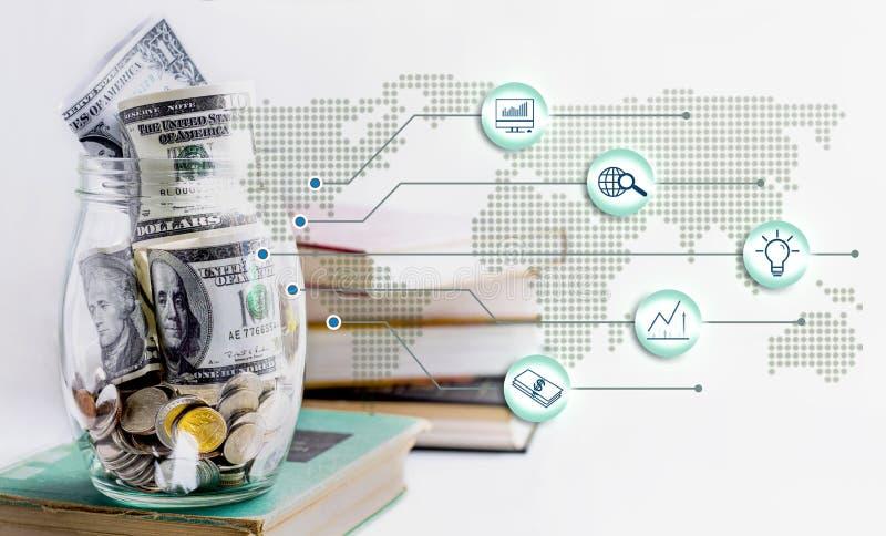 Pièces de monnaie et billet de banque dans un pot en verre mis sur le manuel Le concept de l'?pargne de croissance, financi?re ou images libres de droits