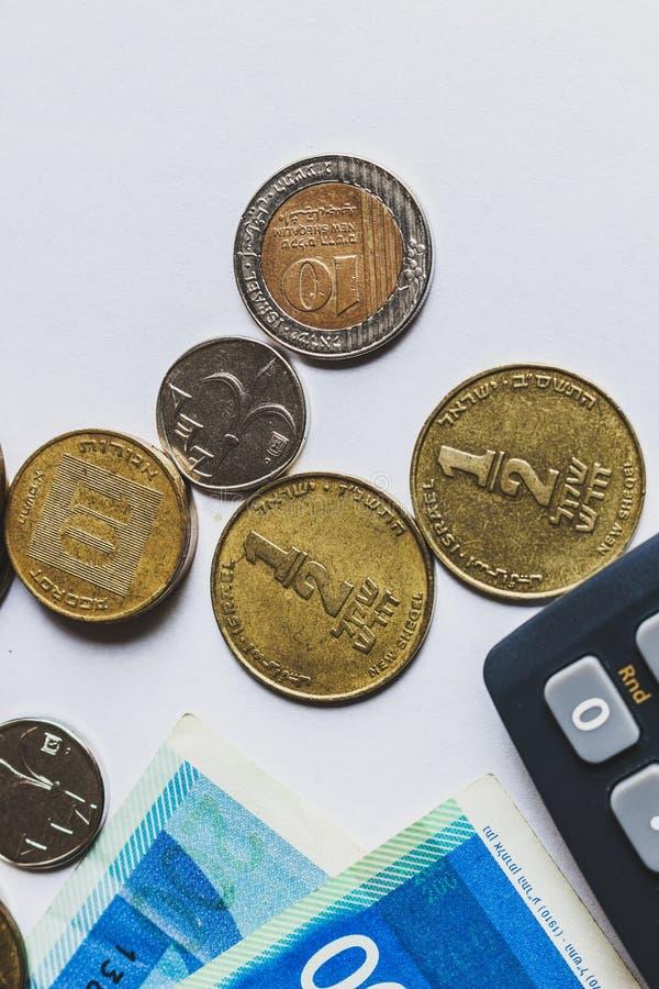 Pièces de monnaie et monnaie fiduciaire israéliennes de shekels Wiew supérieur photographie stock