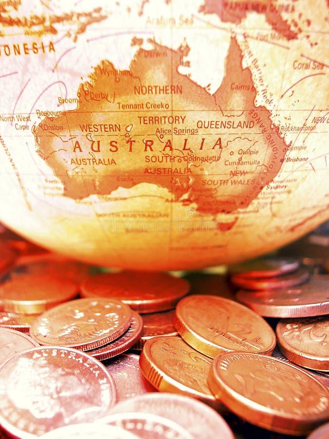 Pièces de monnaie et globe australiens image libre de droits